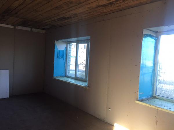 дом, 3 большие светлые комнаты. Жилая площадь 62 м² Требуется косметический ремонт, обои, потолок. П