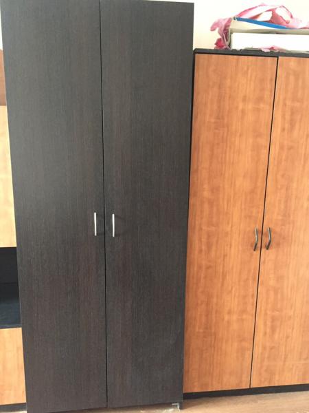 Комод и шкаф черные по 2 тр. стол, тумба - 2 тр. шкаф светло-коричневый 2тр. шкафы светло-коричневые