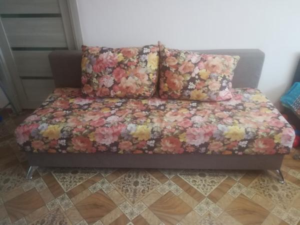Продам диван 6 тр. Чистый, без пятен. Мягкий. В комплекте 4 подушки (2 Плоские - подлокотники, 2 бол