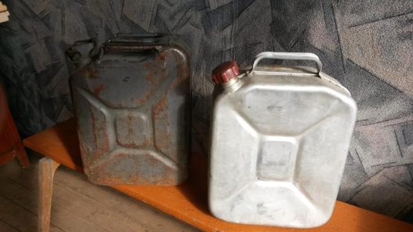 Продам канистры на 20 л металлическая – 300 руб. и алюминиевая – 400 руб