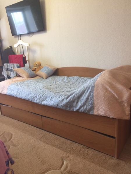 Продам Кровать с ортопедическим матрасом, внизу два шкафчика в х/с