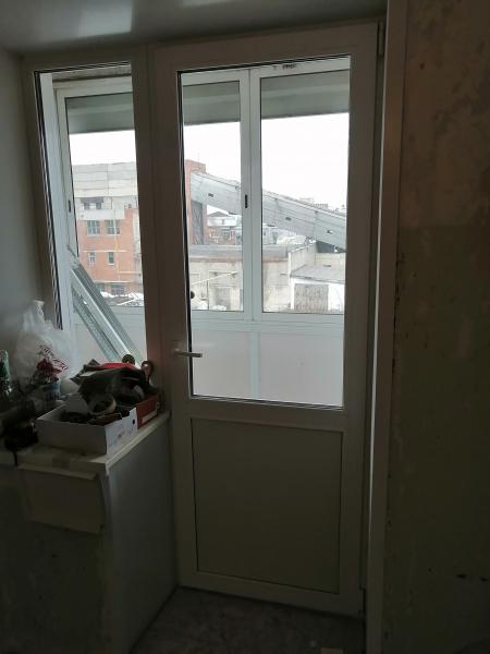 Продам пластиковую дверь, сняли с балкона Размеры 73×206 см (новая) + откосы и 2 подоконника