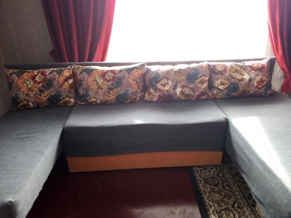 Продаю угловой диван, цвет серый, подушки с узором, б/у немного, недорого